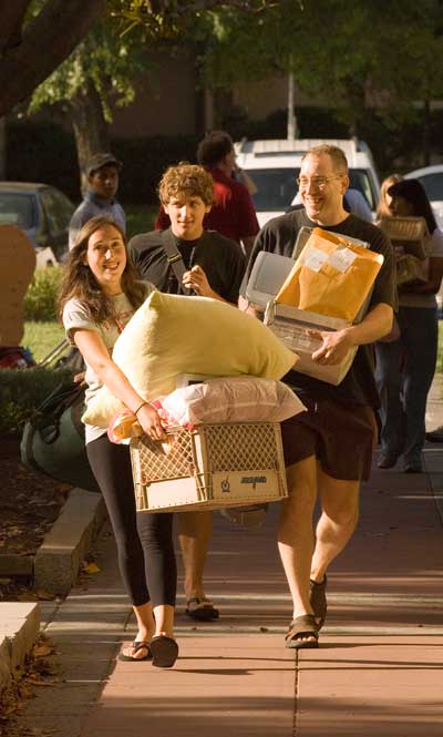 College students move in day and help from the parents